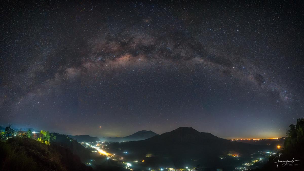 Pesona bentang alam desa pinggan dan galaxy bima sakti di malam hari