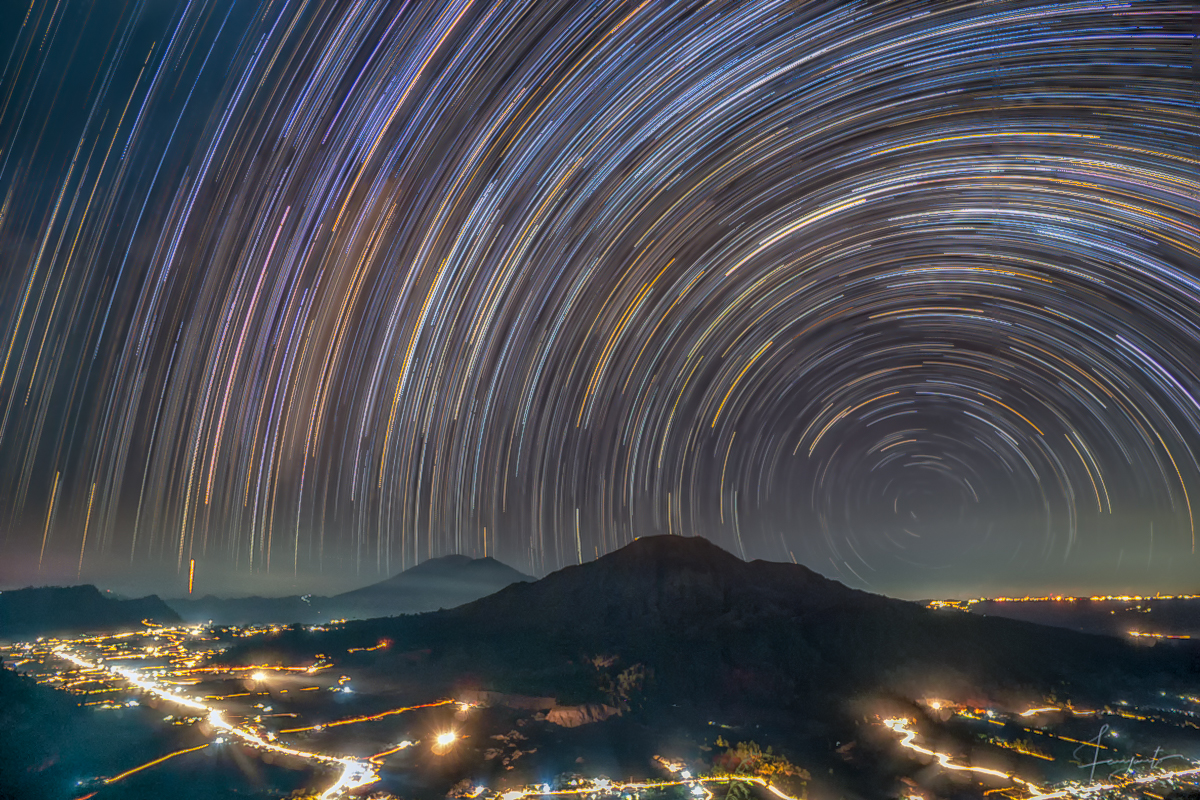 Star Trail di atas gunung batur